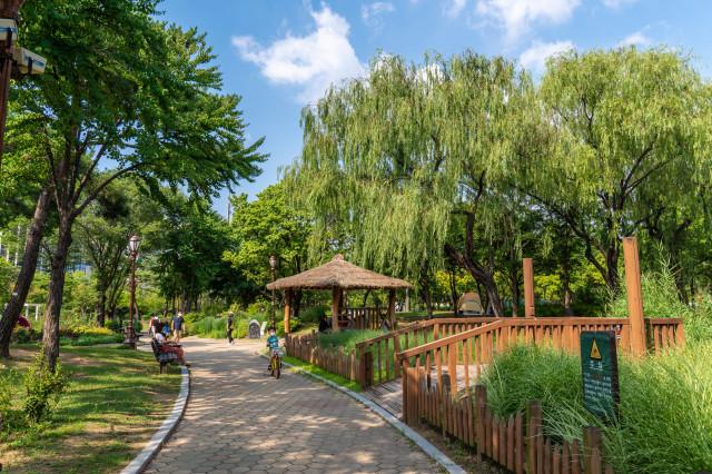 (2-1) 여의도공원_원두막이 있는 잔디마당 산책로.jpg