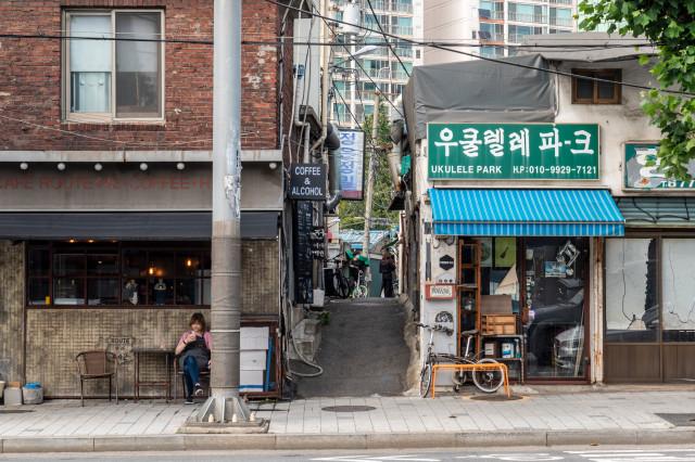 (4-1) 문래창작촌_ 좁은 철강소 골목에 카페, 식당, 공방들이 둥지를 틀고 있다..jpg